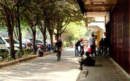 Atividade dos povos na luz do dia na estrada principal da cidade de solo Foto de Stock