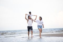 Atividade exterior ativa dos pais e dos povos nas férias de verão a imagem de stock