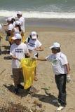 Atividade litoral internacional do dia da limpeza na praia de Guaira do La, Venezuela do estado de Vargas imagem de stock