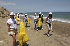 Atividade litoral internacional do dia da limpeza na praia de Guaira do La, Venezuela do estado de Vargas fotos de stock