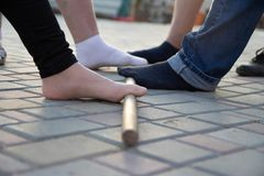atividade teambuilding com uma vara e pés apoio e auxílio coletivos colegas fotos de stock royalty free