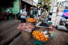 Atividades da manhã na estação de autocarro de Yangon Fotografia de Stock Royalty Free