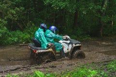Atividades do verão para adultos - uma viagem no quadrilátero bikes na estrada suja Imagem de Stock Royalty Free