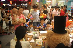 Atividades espirituais da família no SHENZHEN Tai Koo Shing Commercial Center Imagem de Stock Royalty Free