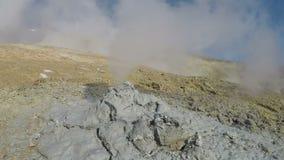 Atividades geotérmicas - nuvens vulcânicas da emissão do furo da lama da gás quente e do vapor vídeos de arquivo