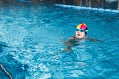 Atividades na aptidão nova da natação do menino da associação Fotografia de Stock Royalty Free