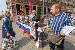 Ativistas da organização anti-ocidental NLM SPb de pro-Putin (movimento de libertação nacional), no Nevsky Prospekt Fotografia de Stock