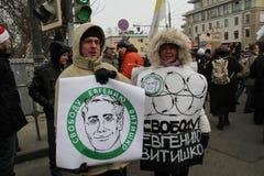Ativistas Yevgeniya Chirikova da sociedade civil e seu marido Mikhail Matveev com um cartaz a favor de Eugene Vitishko Foto de Stock Royalty Free