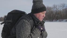 Ativo uma mulher idosa contratada no passeio nórdico com as varas no conceito saudável do estilo de vida da floresta do inverno m video estoque