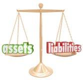 Ativos contra a escala das palavras das responsabilidades que compara a conta da riqueza do valor Imagens de Stock