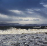 Atlántico grande agita durante un clima tempestuoso en el condado Kerry, Irlanda Fotografía de archivo