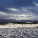 Atlântico grande acena durante um clima de tempestade no Kerry do condado, Irlanda Fotografia de Stock