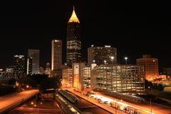 ATL de stad in bij nachtbank van het Plein van Amerika Royalty-vrije Stock Afbeeldingen