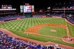 Atlanta Braves ένα μπέιζ-μπώλ-βλέμμα κάτω από την πρώτη βασική γραμμή Στοκ Φωτογραφίες