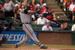 Atlanta Braves zerschlagen mit Ball im Rahmen Stockbilder