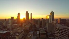 Atlanta flyg- stadsfluga igenom stock video