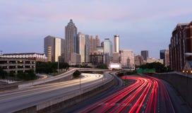Atlanta Georgia Rush Hour Traffic Dusk i stadens centrum stadshorisont Arkivfoto