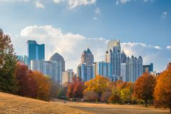 Atlanta Georgia, USA midtownhorisont från Piedmont parkerar i höst arkivfoto