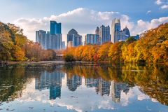 Atlanta, Georgia, USA Piedmont Park skyline in autumn. On Lake meer royalty free stock photo