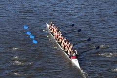 Atlanta Junior Rowing Crew compite con en el jefe de la juventud ocho del ` s de Charles Regatta Men Foto de archivo libre de regalías