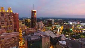 Atlanta, luchtvogelperspectief van stadscentrum met verkeerslichten en vliegende helikopter tijdens schemer, camera beweegt zich stock videobeelden
