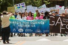 Atlanta Maart voor Wetenschap begint als Mensen Que achter Banner Stock Foto's