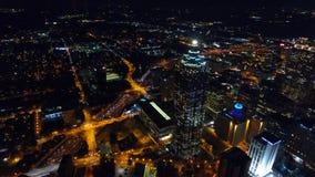 Atlanta p? natten - flyg- surrl?ngd i fot r?knat, Suntrust Plaza Realtids r?d trafikyellow f?r klartecken lager videofilmer