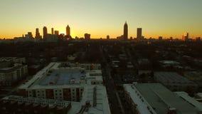 Atlanta parkerar den flyg- Cityscapesolnedgången stock video