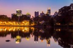 Atlanta-Skyline vom See Meer Piemont-Parks lizenzfreies stockfoto