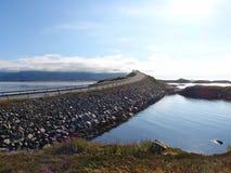 Atlanterhavsveien στη Νορβηγία, δρόμος και θάλασσα, νερό και στην δύο πλευρά του δρόμου, να ανεβεί γεφυρών στον ουρανό, Στοκ Εικόνες