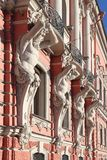 Atlantes图在宫殿的门面Beloselsky是 免版税库存图片