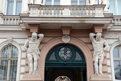 Atlantes поддерживая балкон здания в Праге стоковые фото