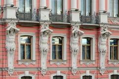 Atlantes de palais de Beloselsky-Belozersky Sergievsky de palais, St Petersburg, Russie image libre de droits
