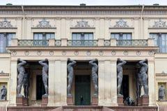 """Atlantes am Eingang zum Museum der neuen Einsiedlerei Heiliges †""""Petersburg, Russland Lizenzfreie Stockfotografie"""