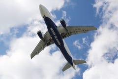 Atlantic Airways Airbus 319, der an Reykjavik-Flughafen absteigt Lizenzfreies Stockfoto