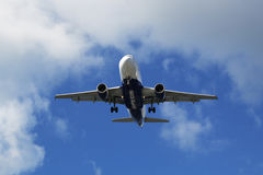 Atlantic Airways Airbus 319 que desce no aeroporto de Reykjavik Imagens de Stock