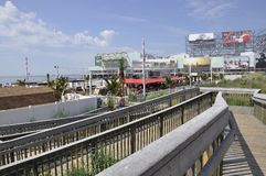 Atlantic City, New-jersey, o 3 de julho: A passagem de madeira da praia no recurso de Atlantic City de New-jersey EUA foto de stock