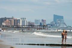 ATLANTIC CITY, NJ - 8. AUGUST: Die Skyline und der Atlantik in Atlantic City, New-Jersey am 8. August 2017 stockbild