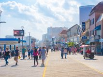 ATLANTIC CITY NYA - Jersey - MAJ 21, 2018: Turister går på strandpromenaden i Atlantic City Royaltyfri Bild