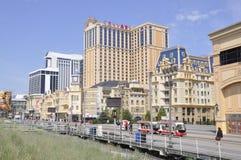 Atlantic City som är nytt - ärmlös tröja, 3rd Juli: Caesars hotell & kasino i den Atlantic City semesterorten från nytt - ärmlös  Arkivbilder