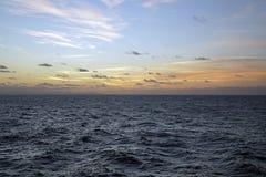 Atlantic Ocean шири заволакивает небо Игра солнечного света Восход солнца Стоковое Изображение