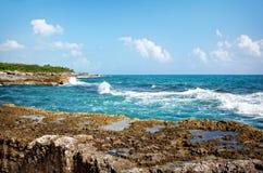 Atlantic Ocean från en mexicansk semesterort Arkivbild