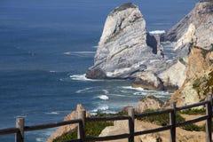 Atlantic Ocean och vaggar Arkivbild