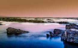 Atlantic Ocean på solnedgången Arkivfoton
