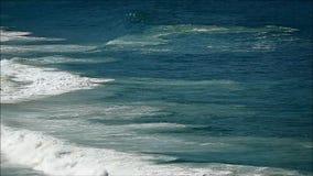 Atlantic Ocean ` s vinkar på den soliga dagen i Rio de Janeiro, Brasilien, Sydamerika lager videofilmer