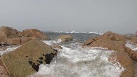 Atlantic Ocean sikt Tom strand i Povoa de Varzim, Portugal på dimmig höstdag med vågor som kraschar på kust arkivfilmer