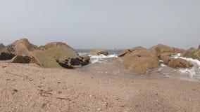 Atlantic Ocean sikt Tom strand i Povoa de Varzim, Portugal på dimmig höstdag med vågor som kraschar på kust stock video