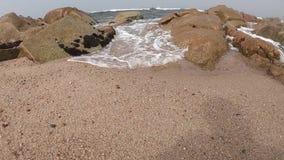 Atlantic Ocean sikt Tom strand i Povoa de Varzim, Portugal på dimmig höstdag med vågor som kraschar på kust lager videofilmer