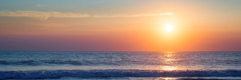 Atlantic Ocean solnedgång, Lacanau Frankrike royaltyfria bilder