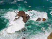 Atlantic Ocean vågor som kraschar på, vaggar Arkivbilder